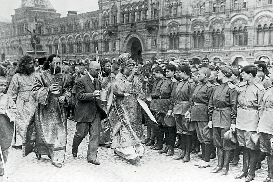 Митрополит Тихон благословляет 2-й Московский женский батальон смерти перед отправкой на фронт 1917 год